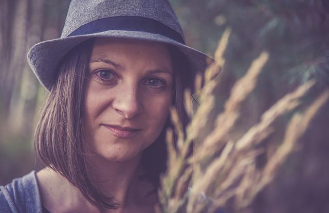 bruneta s kloboukem