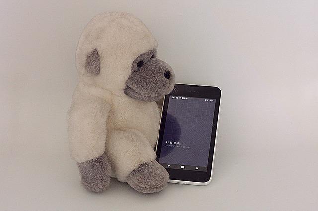 opička s mobilem