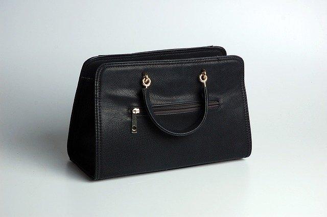 jednoduchá černá kožená kabelka