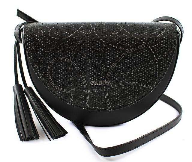 černá kožená kabelka se zdobením